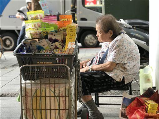 婆婆,阿嬤,街賣,中山站,家暴(記者郭奕均攝影)