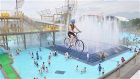 宜蘭童玩節開園 高空腳踏車吸睛2018宜蘭國際童玩藝術節7日起至8月19日在冬山河親水公園登場,今年特別推出空中腳踏車「HiBike」,遊客需穿上護具背心,才能體驗在高空中騎乘單車穿越水域。中央社記者沈如峰宜蘭縣攝 107年7月7日