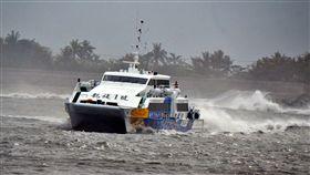 颱風影響 蘭嶼綠島10日停航受瑪莉亞颱風影響,台東船公司公告7月10日、11日台東往返蘭嶼、綠島客輪停航,基於旅客安全考量,綠島從9日上午開始疏運旅客回台東。(檔案照片)中央社記者盧太城台東攝 107年7月8日