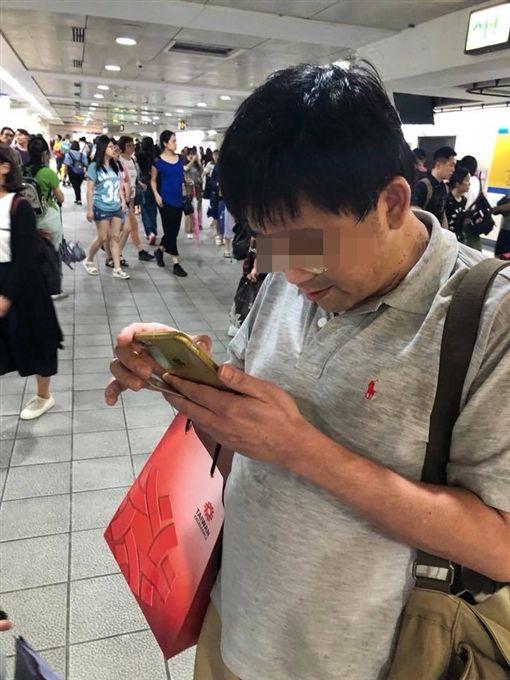 中年男子在捷運西門站偷拍短裙妹腿部照片,對方發現後要求他刪除照片,路人拍下過程後PO網(翻攝《爆料公社》)