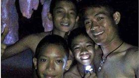 泰國足球隊13人找到了 3英人險峻洞穴「神救援」 圖/翻攝自《每日郵報》