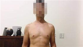 劉姓男子上月9月在家樂福桂林店弄丟1台三星平板電腦,上週Google雲端相簿竟出現陌生男子裸上身照片,他氣得將照片PO網自嘲(翻攝《爆料公社》)