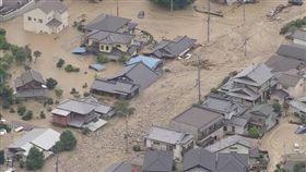 日本受連日大雨肆虐災情不斷,根據日本放送協會(NHK)統計,目前已造成56人不幸罹難,另有至少45人生死未卜;日本官方也緊急出動5萬4000人及41架直升機,投入救災工作。(圖/翻攝自推特)