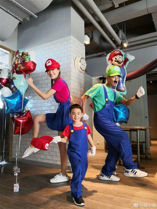 Jasper上週過5歲生日,陳小春應采兒陪著他一起扮馬利歐兄弟。(圖/翻攝自微博)