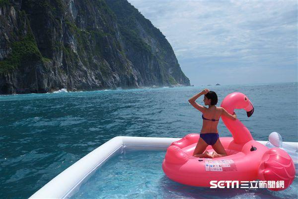 清水斷崖戶外活動,海上泳池,獨木舟,比基尼。(圖/記者簡佑庭攝)