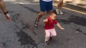 男童跌倒神反應,當皆玩起玩具車。(圖/翻攝自爆廢公社)