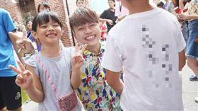 小粉絲巧遇蔡阿嘎求簽名 阿嘎在他背上寫了這首歌(圖/翻攝自蔡阿嘎IG)蔡阿嘎,簽名,十周年特展,聽媽媽的話