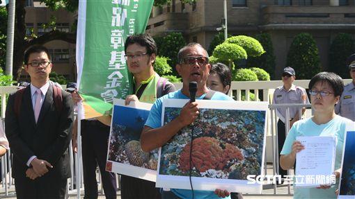 反深澳燃媒電廠自救會、在地居民及環保團體9日到行政院大門口陳情並遞狀提起訴願。(圖/記者盧素梅攝)