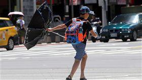 颱風前夕 雨傘開花(1)強烈颱風瑪莉亞朝台灣來,中央氣象局預報,9日受颱風外圍沉降作用影響,大部分地區晴朗炎熱,颱風前夕的陣陣強風,讓民眾的雨傘開花。中央社記者鄭傑文攝 107年7月9日