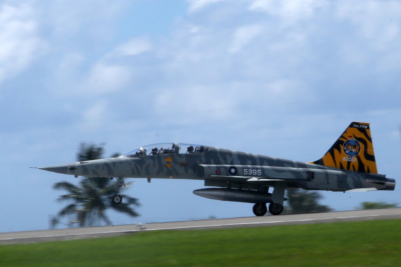 虎斑F-5戰機登場(2)台東志航空軍基地9日上午全兵力預校,以虎斑為主軸彩繪F-5戰機進行性能展示。中央社記者吳家昇攝 107年7月9日