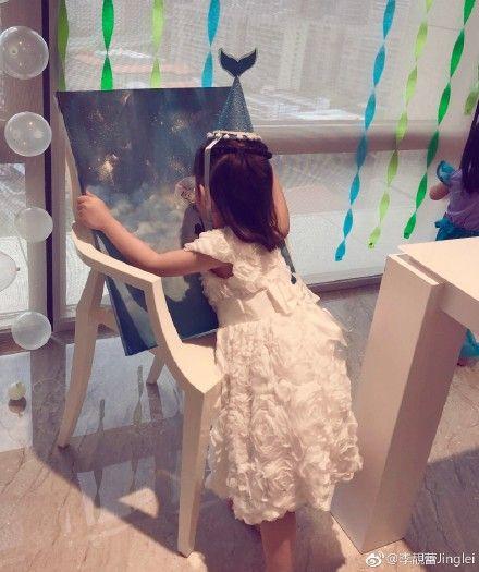 ▲▼李靚蕾挺著孕肚為女兒做畫。(圖/翻攝自微博)