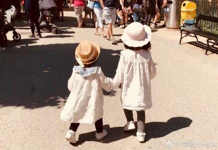 ▲王力宏兩個女兒,姊妹情深的模樣。(圖/翻攝自微博)