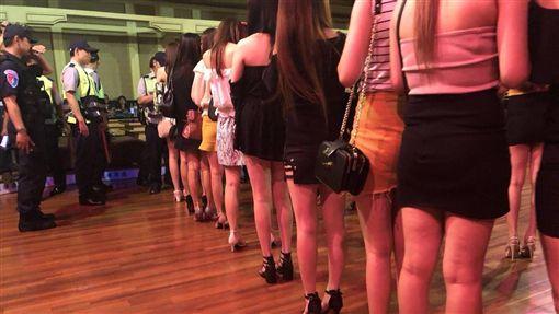 酒店妹排排站受檢 裙子激短「美腿如林」!緝毒犬也暈了 圖/翻攝畫面