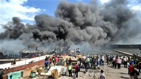 印尼貝諾瓦港(Bali Benoa)發生大火,40艘船隻遭燒毀(圖/翻攝自推特)