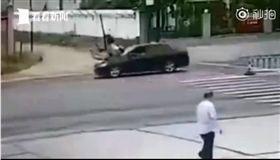 大陸男子開車撞前女友。(圖/翻攝自看看新聞微博)