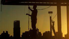 颱風將近 河濱公園店家防颱(3)中央氣象局9日下午發布強颱瑪莉亞海上颱風警報,台北市政府晚上8時將啟動水門「只出不進」管制措施,工程人員傍晚將大稻埕碼頭的掛燈拆除,進行防颱準備。中央社記者裴禛攝 107年7月9日 -工人-勞工-