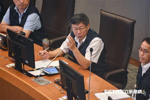 台北市長柯文哲前往災害應變中心聽取簡報並接受聯訪。 (圖/記者林敬旻攝)