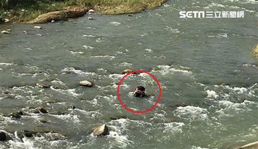 台中婦人坐旱溪中大石抱頭大哭想輕生/翻攝畫面