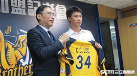 ▲中信兄弟球團領隊劉志威(左)為李振昌穿上34號球衣。(圖/記者蕭保祥攝)