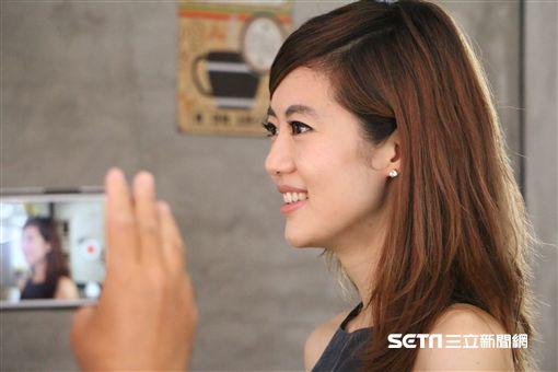 北醫大附醫矯正科總醫師李怡璿示範最受歡迎正面微笑曲線。(圖/北醫大口腔醫學院提供)