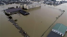 日本大雨釀災 岡山縣中學被大水淹沒日本大雨肆虐,災情不斷。昨天空拍機拍攝到的影像中,顯示日本西部連日傾盆大雨後,岡山縣倉敷市立的真備東中學被大水淹沒。(共同社提供)中央社  107年7月8日