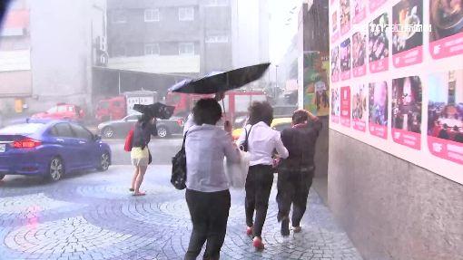 櫃姐拒上班1200颱風,大雨,下雨,颱風天,雨傘開花