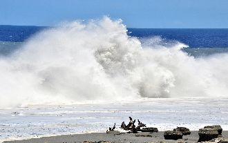 強颱山竹掀狂濤巨浪 東半部防豪大雨