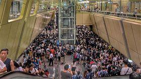 北市下午停班課 捷運湧入大量人潮颱風瑪莉亞來襲,台北市自10日下午4時起停班課,捷運南京復興站內下午4時後陸續湧入大批民眾,盼趕在風雨增強前回家。中央社記者王飛華攝 107年7月10日