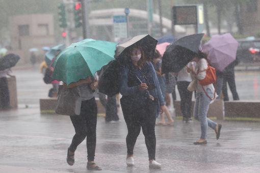 台北風雨增強(3)颱風瑪莉亞進逼台灣,北北基地區10日下午4時起皆停止上班上課,台北市區也逐漸出現明顯雨勢。中央社記者吳家昇攝 107年7月10日
