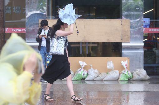 防颱提前準備(1)颱風瑪莉亞進逼台灣,威力不容小覷,中央氣象局預估10日入夜後風雨最強。台北街頭下午風雨漸增,商家在門口堆疊沙包預防淹水。中央社記者吳家昇攝 107年7月10日