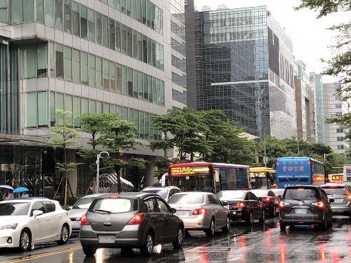 下午停班課瞬間車流爆量 北市交通打結颱風瑪莉亞來襲,北北基下午4時起停班、停課,但4時後瞬間湧出的大量車潮也讓路上交通一度壅塞。(劉姓民眾提供)中央社記者梁珮綺傳真 107年7月10日