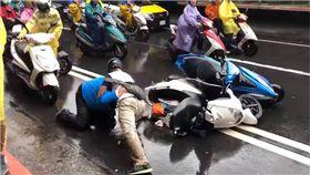 嫌颱風天還不夠塞?中山北路驚見機車騎士打架 突/翻攝自爆怨公社