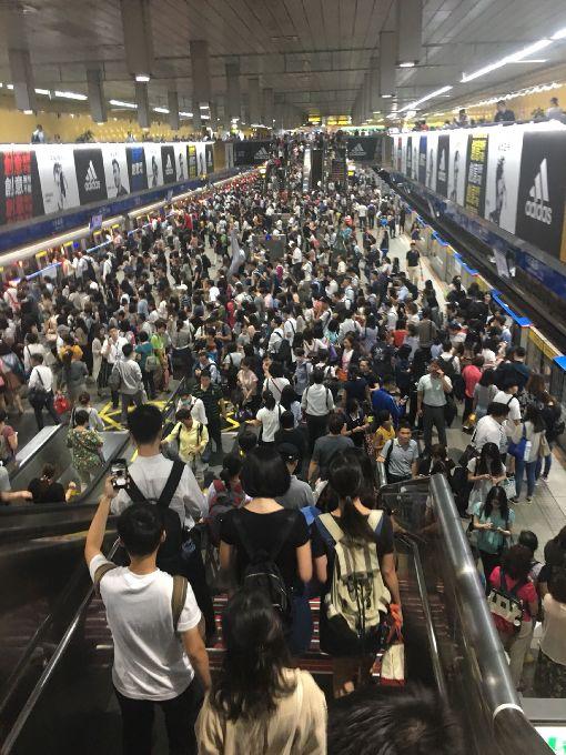 下午4時停班課 北捷人潮一度爆量(2)颱風瑪莉亞逐步逼近,台北市10日下午4時起停班停課,但4時後瞬間湧現的大量搭車人潮也一度擠爆台北捷運車站。(何姓民眾提供)中央社記者梁珮綺傳真 107年7月10日