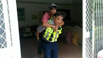 颱風天腳傷受困 暖心警背他撤離家園