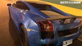 國道3號南下碧潭隧道中間車道發生3車擦撞車禍,其中一部是藍色的藍寶堅尼超跑(翻攝畫面)