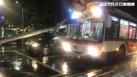台北市中山北路發生公車疑因天雨路滑撞倒紅綠燈桿(翻攝畫面)