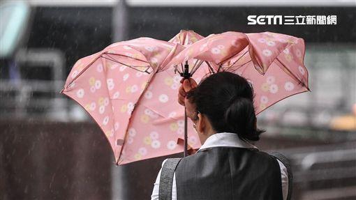 颱風瑪莉亞來襲,台北市區民眾冒風雨下班,風雨、大雨、豪雨。 (圖/記者林敬旻攝)