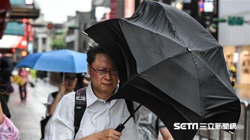 北市午後陣陣大雨中央氣象局10日預報,受熱帶性低氣壓及外圍環流影響,北部及東半部整天會有陣雨或雷雨,並有局部大雨或豪雨。台北市午後下起陣陣大雨,放學的小學生撐傘過馬路。中央社記者王飛華攝 107年9月10日