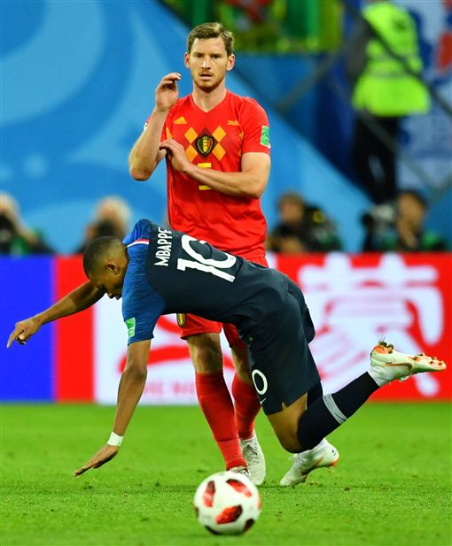 姆巴佩(Kylian Mbappe)假摔吃黃牌。(圖/路透社/達志影像)