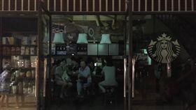 電還沒來 邊喝咖啡等供電(1)桃園大潭電廠6機組15日跳機,全台大停電。台北街頭部分商家直至天黑都還沒恢復電力,圖為民生東路五段圓環星巴克停電,民眾照常喝咖啡,等待復電。中央社記者鄭傑文攝 106年8月15日