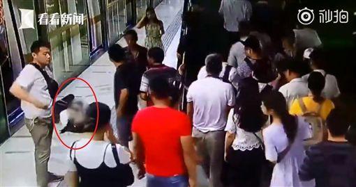 大陸湖北有一名20多歲OL上班趕地鐵時,突然在月台前昏倒,沒想到旁邊的乘客竟袖手旁觀,沒人願意上前幫忙,直到地鐵人員接獲通報才將昏倒女子扶起。不少大陸網友看到後掀起熱議,紛紛直喊「不是不幫忙,而是『被騙到怕了』!」(圖/翻攝自微博)