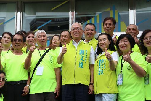 謝文進宣布參選新竹市長 爭取市民支持無黨籍新竹市議長謝文進(前中)11日正式宣布參選新竹市長,指出這次選舉以「中道力量、超越藍綠」為主軸,將以君子之爭參與選戰,提出負責任的政見訴求,爭取市民最大的認同與支持。中央社記者魯鋼駿攝 107年7月11日