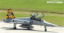 F-5黃斑相間虎斑紋彩繪機,象徵著基地所孕育出的小老虎。(記者邱榮吉/台東拍攝)