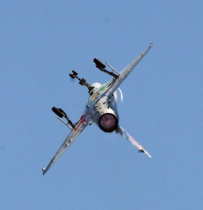 M2000-5幻象戰機實施高難度性能展示。(記者邱榮吉/台東拍攝)