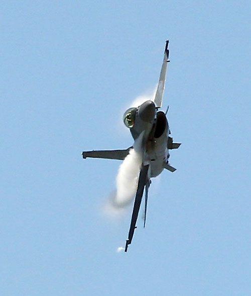 F16戰機實施高難度性能展示。(記者邱榮吉/台東拍攝)