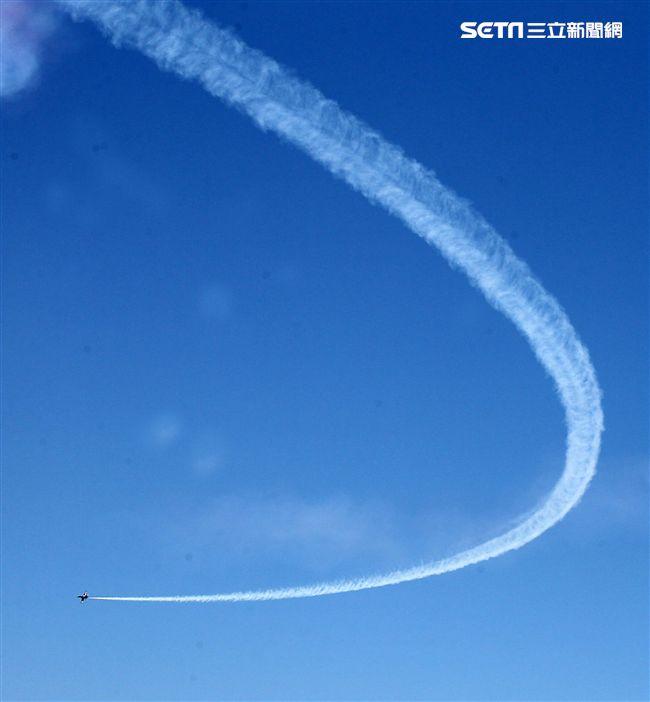 雷虎小組特技表演壓軸搭配彩色煙霧將藍天為畫布,呈現不同精采的畫面。(記者邱榮吉/台東拍攝)