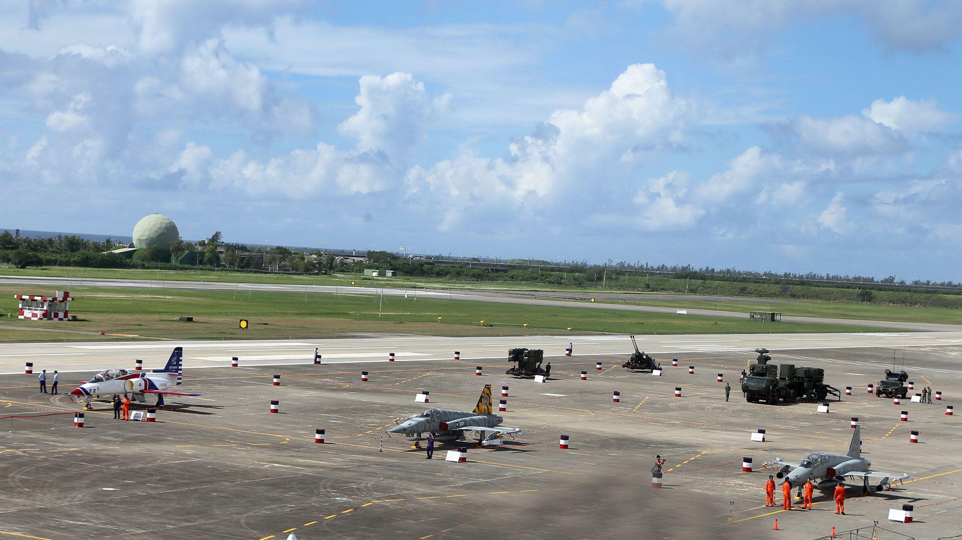 107空軍國防知性之旅營區開放台東志航基地登場。(記者邱榮吉/台東拍攝)