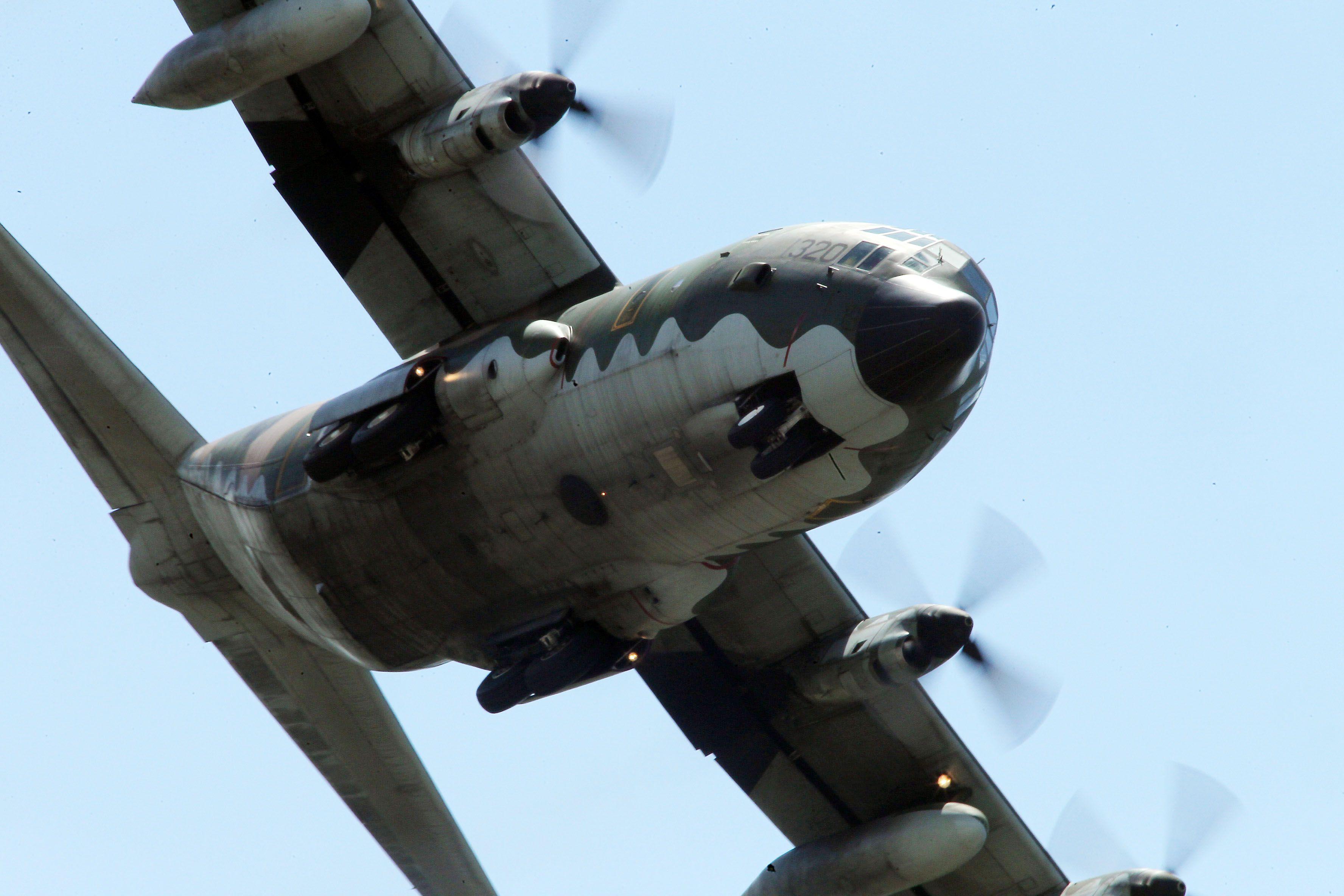 C-130H運輸機實施「高進場突擊落地」60度小轉彎秀性能,和三型主力戰機尬技術驚艷全場。(記者邱榮