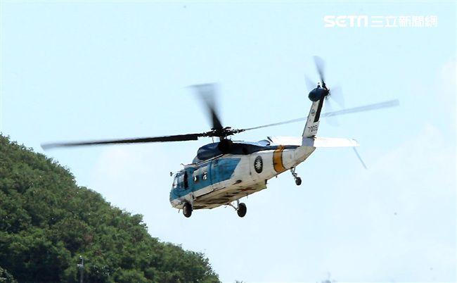S70C海鷗救護直升機實施吊掛救護操演。(記者邱榮吉/台東拍攝)