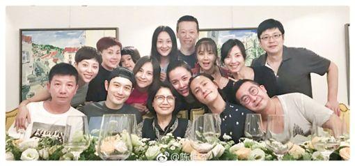 ▲陳坤與黃曉明同框現身「北電96班」聚會。(圖/翻攝自微博)